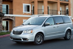 Chrysler Town & Country minivena foto attēls 1