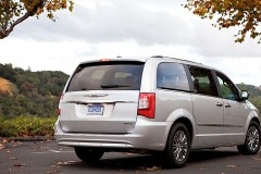 Chrysler Town & Country minivena foto attēls 10