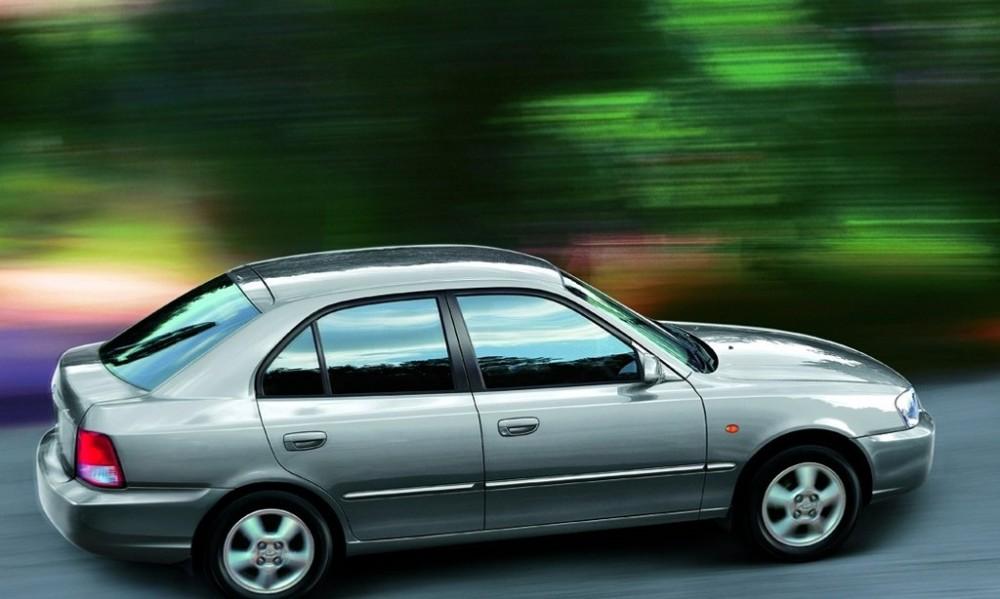 Hyundai Accent Hatchback Photo Image 2