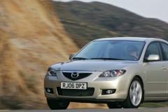Sudraba Mazda 3 sedana priekšpuse