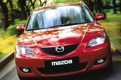Sarkana Mazda 3 sedana priekšpuse