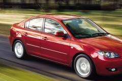 Sarkana Mazda 3 sedana priekšpuse, no sāniem