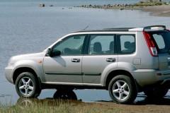 Pelēka Nissan X-Trail no sāniem