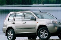 Pelēka Nissan X-Trail priekšpuse, no sāniem