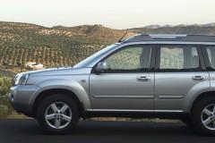 Sudraba Nissan X-Trail no sāniem