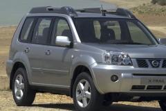 Sudraba Nissan X-Trail priekšpuse, no sāniem