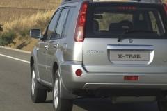 Sudraba Nissan X-Trail aizmugure