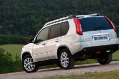 Balta Nissan X-Trail aizmugure