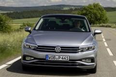 Sudraba Volkswagen Passat sedana priekšpuse
