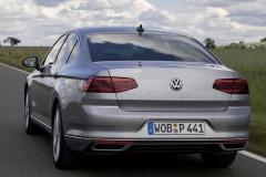 Sudraba Volkswagen Passat sedana aizmugure