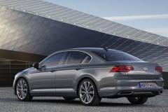 Pelēka Volkswagen Passat sedana aizmugure, no sāniem
