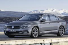 Volkswagen Passat sedana priekšpuse, no sāniem