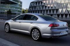 Sudraba Volkswagen Passat sedana no sāniem