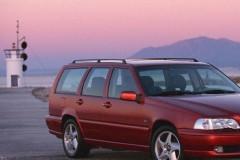 Tumši sarkana Volvo V70 universāla priekšpuse