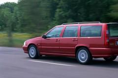 Tumši sarkana Volvo V70 universāla aizmugure, no sāniem