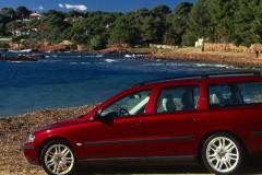 Tumši sarkana Volvo V70 universāla no sāniem