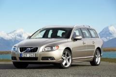 Brūna Volvo V70 universāla priekšpuse, no sāniem