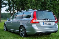 Sudraba Volvo V70 universāla aizmugure