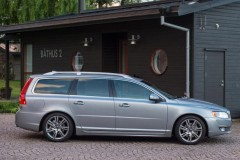 Sudraba Volvo V70 universāla no sāniem